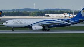 Oman Air acepilla haciendo el taxi en pista en el aeropuerto de Munich, MUC metrajes