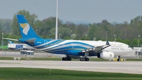 Oman Air che rulla nell'aeroporto di Monaco di Baviera, MUC