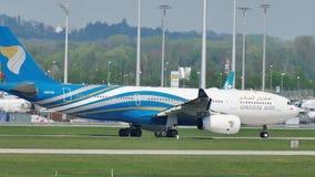 Oman Air die in de Luchthaven van München, MUC taxi?en stock video
