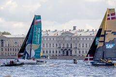 Oman Air och katamaran för det SAP extrema seglinglaget på extrema segla katamaran för seriehandling 5 springer Royaltyfria Foton