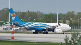 Oman Air que lleva en taxi en el aeropuerto de Munich, MUC