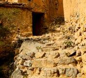 in Oman-Berg das alte verlassene Dorfbogenhaus und -cl Stockbilder