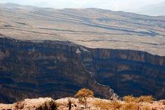 Oman berglandskap av den omanska stora kanjonen Arkivfoto