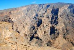 Oman berglandskap av den omanska stora kanjonen Arkivbild