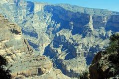 Oman berglandskap av den omanska stora kanjonen Royaltyfria Bilder