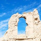 in Oman das alte verlassene Dorfbogenhaus und der bewölkte Himmel Lizenzfreies Stockfoto