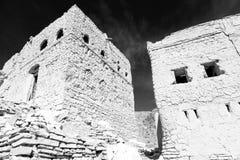 in Oman das alte verlassene Dorfbogenhaus und der bewölkte Himmel Stockbild
