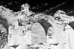 in Oman das alte verlassene Dorfbogenhaus und der bewölkte Himmel Lizenzfreie Stockbilder