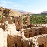 in Oman das alte verlassene Dorfbogenhaus und der bewölkte Himmel Stockfotografie