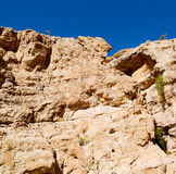 in Oman die alte Gebirgsschlucht und -schlucht der tiefe bewölkte Himmel Stockbilder