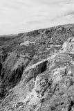 in Oman die alte Gebirgsschlucht und -schlucht der tiefe bewölkte Himmel Lizenzfreie Stockfotografie