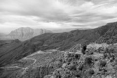 in Oman die alte Gebirgsschlucht und -schlucht der tiefe bewölkte Himmel Stockfoto