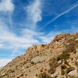 in Oman die alte Gebirgsschlucht und -schlucht der tiefe bewölkte Himmel Lizenzfreies Stockfoto