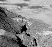 in Oman die alte Gebirgsschlucht und -schlucht der tiefe bewölkte Himmel Lizenzfreies Stockbild