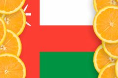 Oman flagga i vertikal ram för citrusfruktskivor arkivbilder