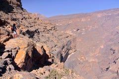 OMAN - 31. JANUAR 2012: Wadi Nakhr, eine drastische Schlucht in Jebel Shams West-Hajar lizenzfreie stockfotos