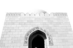 in Oman-Muskatellertraube das alte Moscheenminarett und -religion im klaren Himmel Stockbilder
