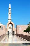 in Oman-Muskatellertraube das alte Moscheenminarett und -religion im klaren Himmel Lizenzfreies Stockbild