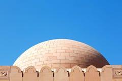 in Oman-Muskatellertraube das alte Moscheenminarett und -religion im klaren Himmel Stockfotos