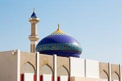 in Oman-Muskatellertraube das alte Moscheenminarett und -religion im klaren Himmel Stockbild