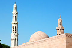 in Oman-Muskatellertraube das alte Moscheenminarett und -religion im klaren Himmel Lizenzfreies Stockfoto