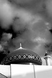 in Oman-Muskatellertraube das alte Moscheenminarett und -religion im klaren Himmel Stockfotografie