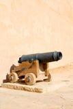 in Oman-Muskatellertraube das alte Schloss und die Kanone nahe der Wand Lizenzfreie Stockbilder