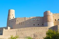 in Oman-Muskatellertraube der alte defensive Fort battlesment Himmel a Lizenzfreie Stockfotografie