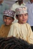 Oman pojkar med traditionella kläder royaltyfria foton