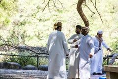 Oman Salalah - lokale arabische Leute, die während Jeep Tours an Wadi Derbat Sultanate-Grünoase 17 sprechen 10 2016 Lizenzfreie Stockfotografie