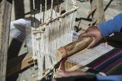 Oman vävare i Nepal, staden av den Manang mustanget, Himalayas December 201 Fotografering för Bildbyråer