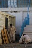Omani arbeiders in de straat Stock Foto's