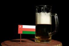 Omani flaga z piwnym kubkiem na czerni Fotografia Royalty Free