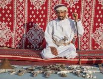 Omani mężczyzna z jego nożową kolekcją zdjęcie stock