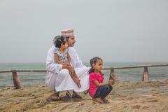 Omani mens met zijn kinderen Stock Afbeelding