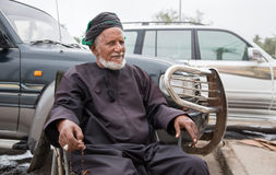 Omani mensen die rozentuinparels houden Stock Foto's