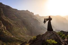 Omansk kvinna i bergen royaltyfria foton