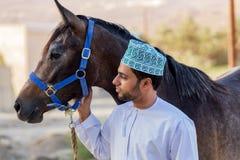 Omansk man med hans häst Arkivfoton
