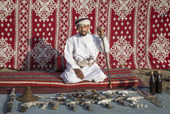 Omansk man som säljer traditionella khanjar dolkar Royaltyfri Bild