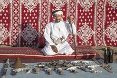 Omansk man som säljer traditionella khanjar dolkar Royaltyfri Fotografi