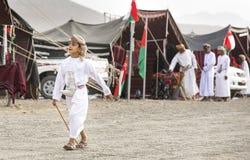 Omansk pojke i traditionell dräkt Arkivbild