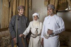 Omanska män i traditionella dräkter Arkivbilder