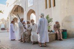 Omanska män som ser ett svärd Royaltyfri Foto