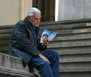 Omar Sharif lezing Stock Afbeeldingen