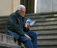 Omar Sharif reading Stock Images