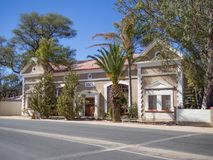 Omaruru,纳米比亚- 2015年7月17日:保管妥当的历史殖民地大厦从1907年在空的街道上 库存照片