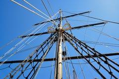 Omasztowanie duży drewniany żeglowanie statek, szczegółowy olinowanie bez żagli Obrazy Royalty Free