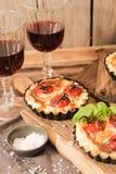 omato Quiche mit Wein das nationale Frankreich lizenzfreie stockbilder