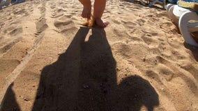 Ombra del bambino che cammina sulla spiaggia video d archivio