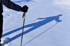 Ombra del ` s della passeggiata e dell'alpinista di inverno Immagine Stock